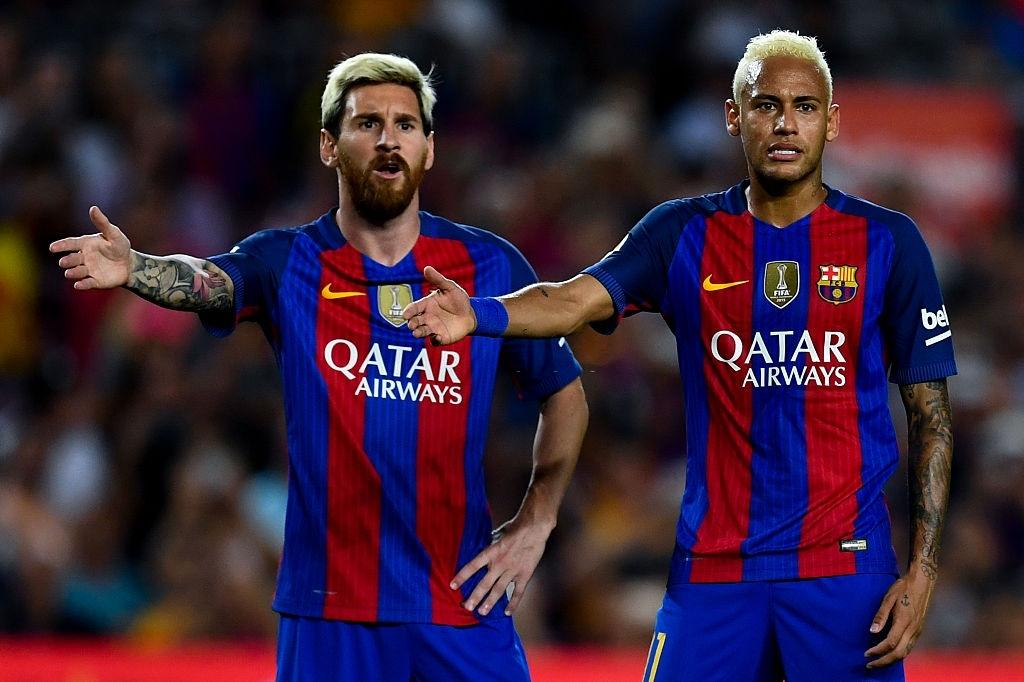 Lionel Messi is being convinced by Neymar and Di Maria
